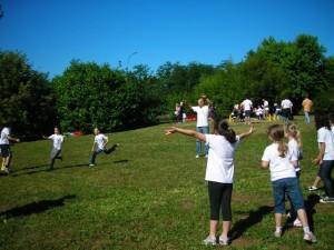 Squadre di bambini che giocano
